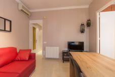 modernes Wohnzimmer der Wohnung Plaza España in Barcelona für den Urlaub