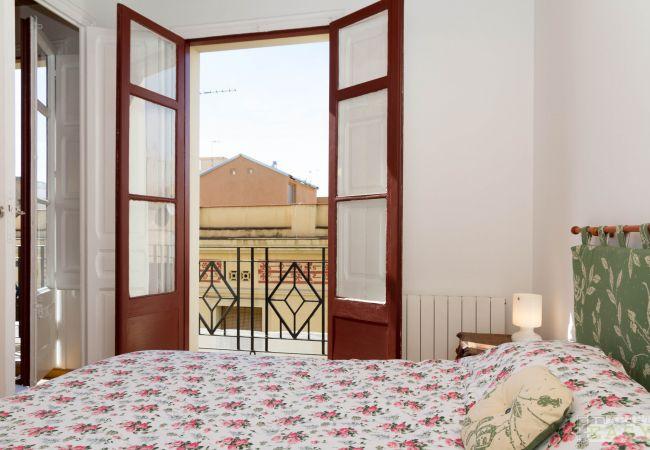 Schlafzimmer mit Blick auf das Viertel Gracia in Barcelona