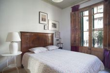 Alojamiento espacioso y acogedor con 4 habitaciones en el Eixample en Barcelona