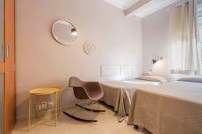 stanza esterna con due letti singoli nell'appartamento plaza españa Barcellona