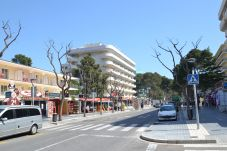 Apartment in Salou - Rosana:Large terrace-Tourist center-200m from beach-Free A/C,wifi,linen,satellite