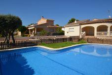 Villa in Ametlla de Mar - Villa Ametlla 6: Fenced private swimming pool,4 bedrooms,wifi included, close to the beach